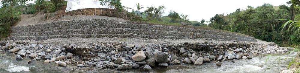 Muro de gaviones a lo largo del río Valladolid