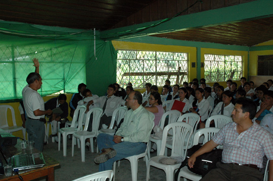 Prof Ulises Gamonal en el Colegio de Palanda